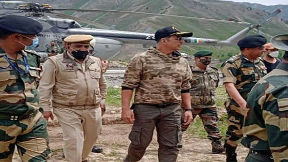 Akshay Kumar visits forward area in Kashmir