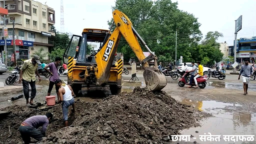 राहाता : शिवाजी चौकातील जलवाहिनी फुटल्याने रस्ता जलमय