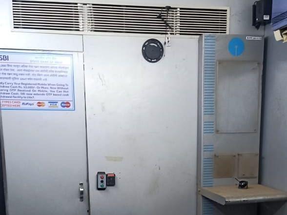 चोरट्यांनी चक्क एटीएम मशीनच लांबवले
