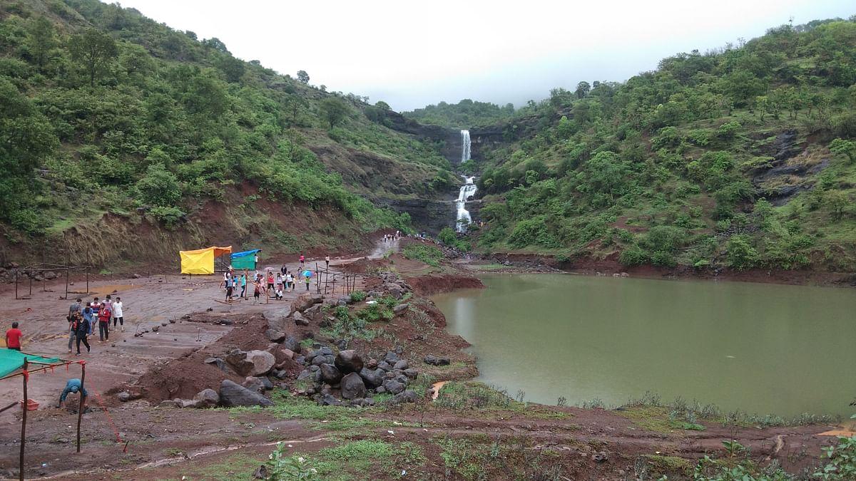 Photo Gallery : इगतपुरीवर हिरवी शाल; बंदी झुगारून छुप्या मार्गाने पर्यटक करतायेत सुट्टी साजरी