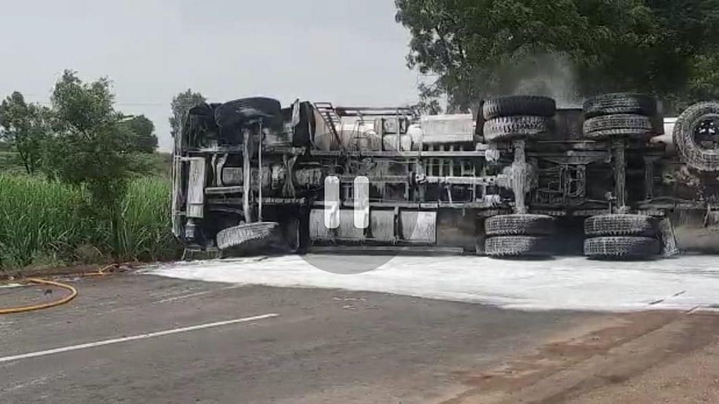 नागपूर-मुंबई महामार्गावर डिझेल वाहतूक करणारा टँकर पलटी
