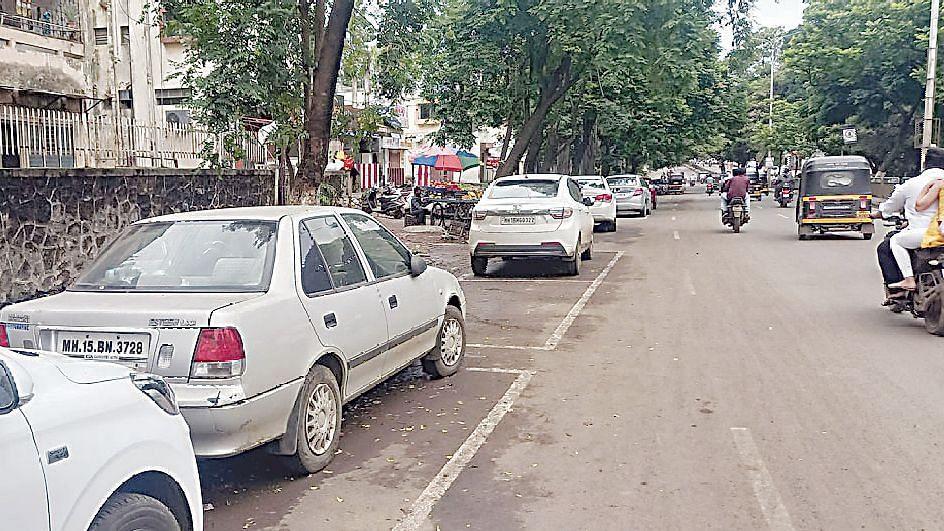 स्मार्ट पार्किंग : एकीकडे शिस्त; दुसरीकडे बेशिस्त
