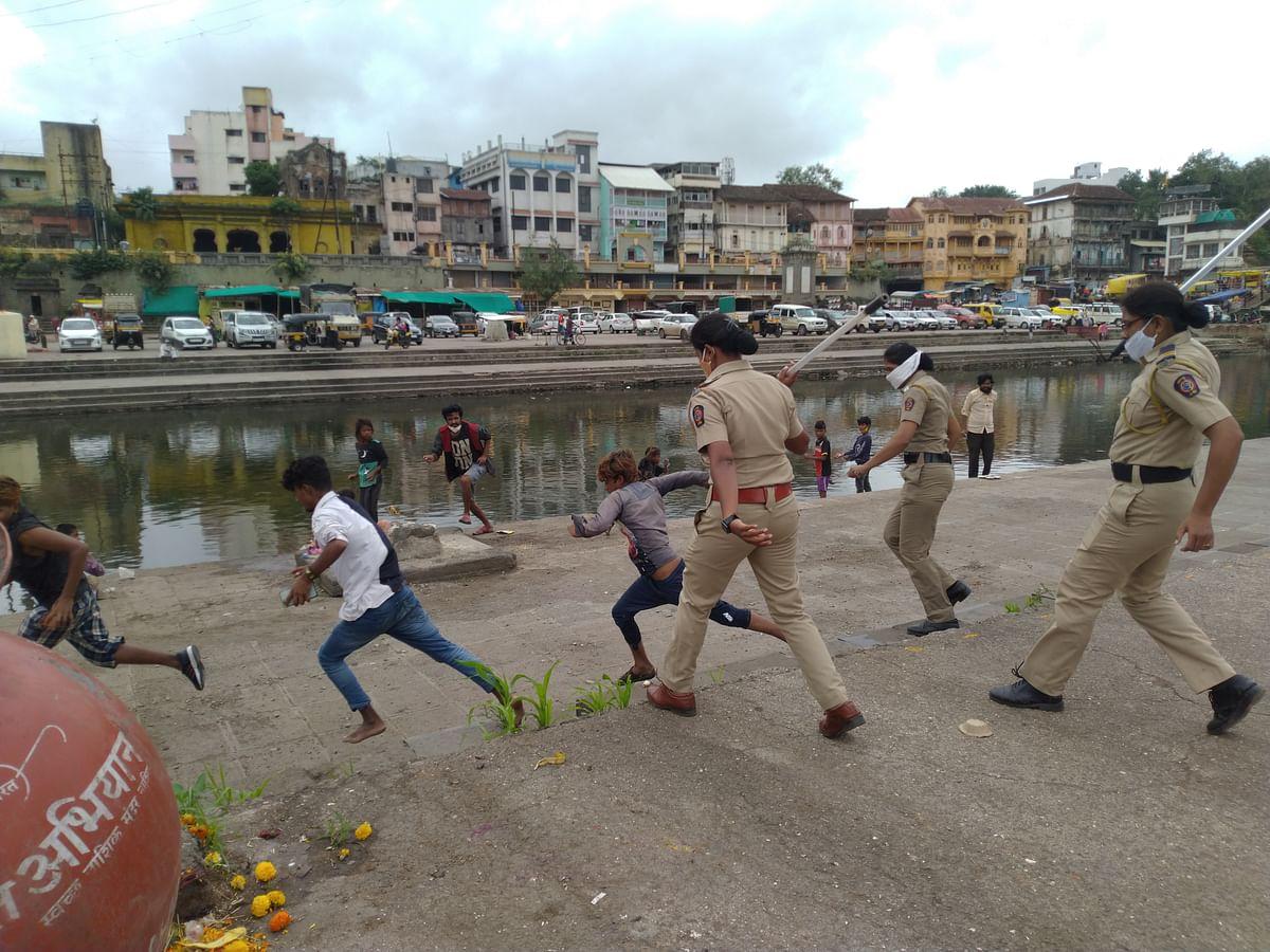 रामकुंडावर पोलिसांकडून टवाळखोरांना दंडुक्यांचा प्रसाद