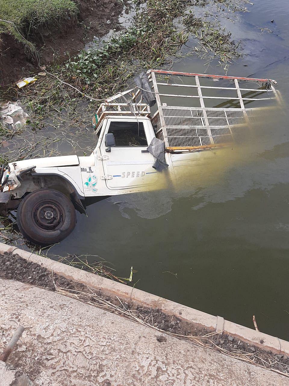 गोदावरी नदीपात्रात वऱ्हाडाची पिकअप उलटली