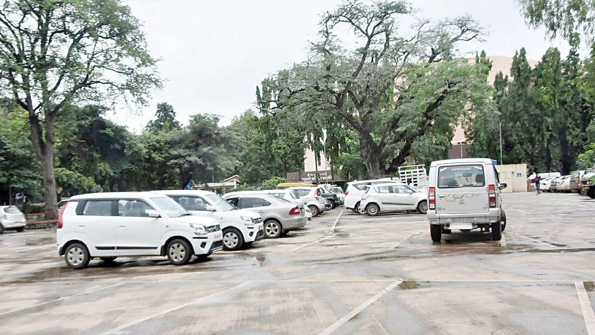 शहरात तीन ठिकाणी पे अॅण्ड पार्क