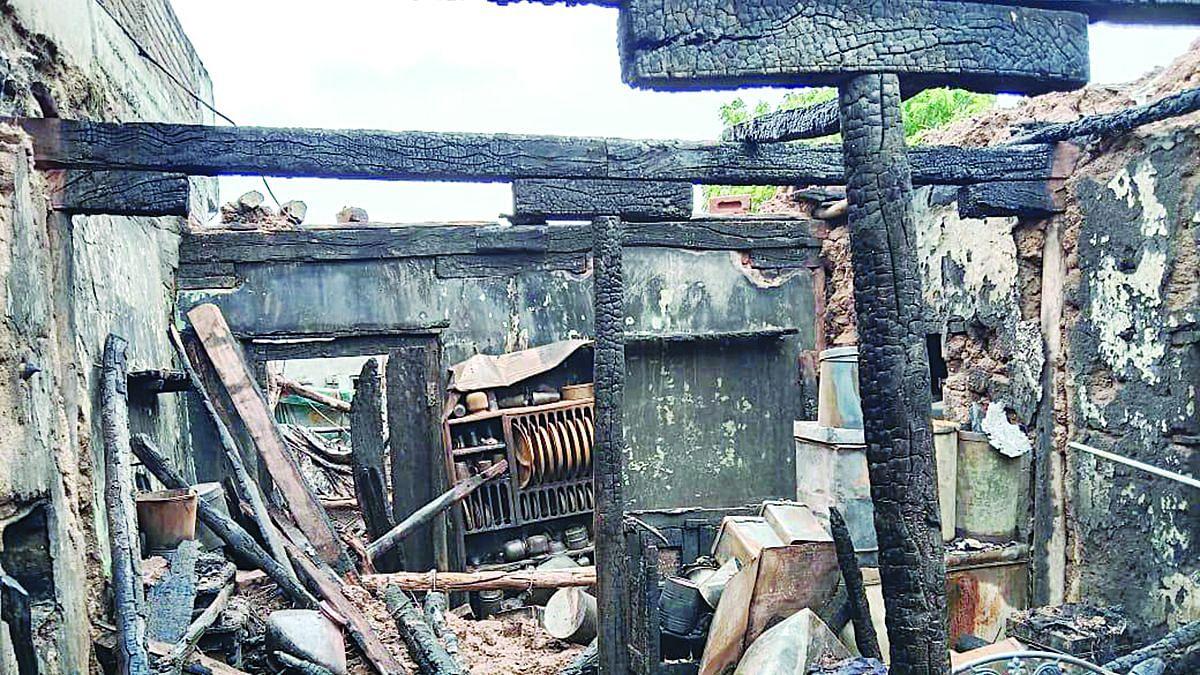 चिमठाण्यात घराला आग, चार लाखांचे नुकसान