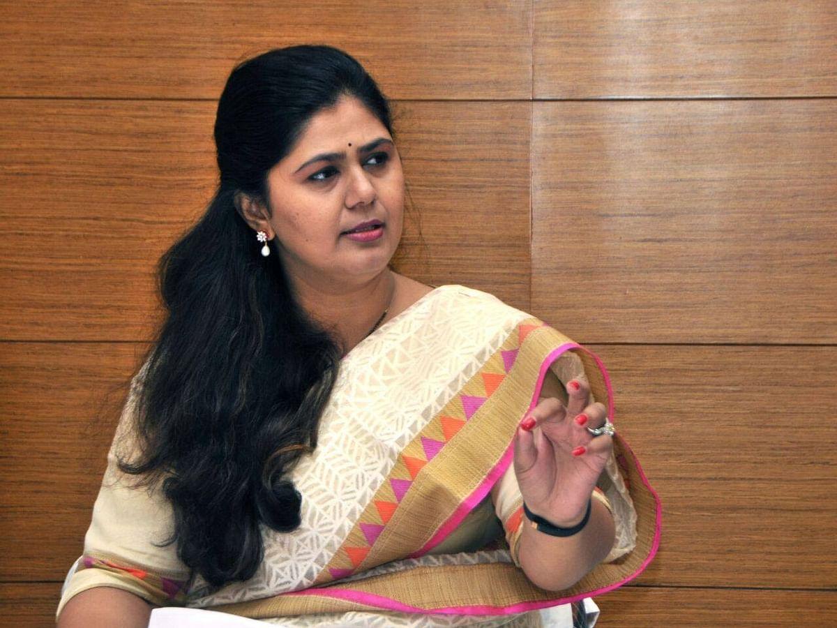 एकीकडे समर्थकांचे राजीनामा सत्र; पंकजा मुंडे दिल्लीत, तर्कवितर्कांना उधाण