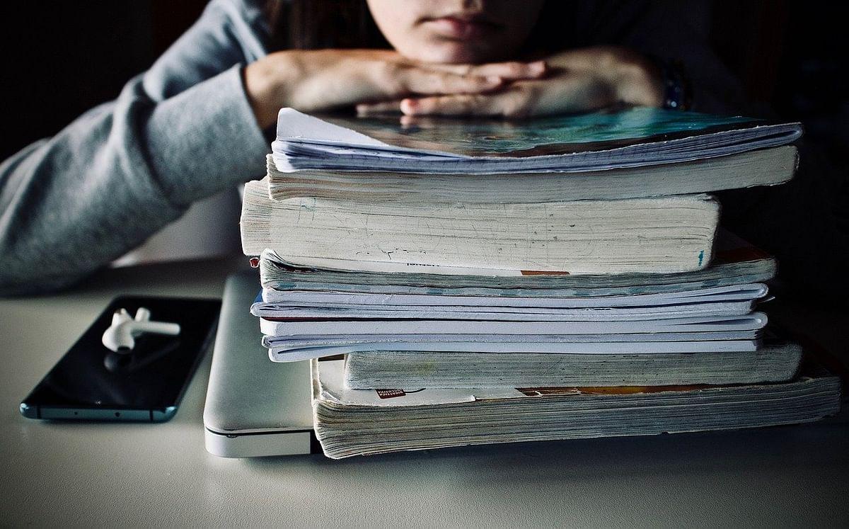 गेल्या वर्षीची पुस्तकं नाहीत अन् सेतु म्हणतं मागील वर्षाचा धडा वाचा!
