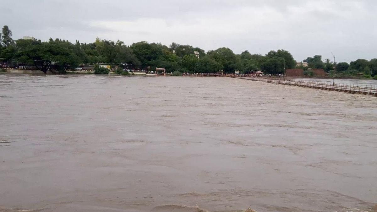 गोदावरी कालव्या ऐवजी नदीला पाणी