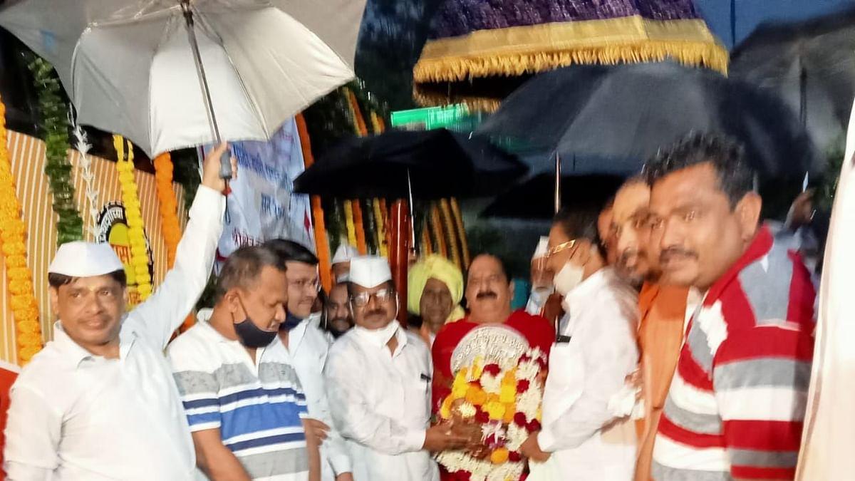 Amid heavy rains, Palkhi leaves for Pandharpur