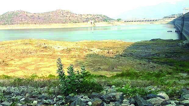 पावसाच्या हुलकावणीमुळे जिल्ह्यातील पाणीसाठा घटतोय