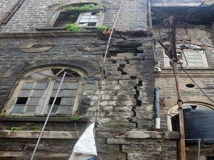 मनपाची ब्रिटिश कालीन इमारत धोकादायक स्थितीत