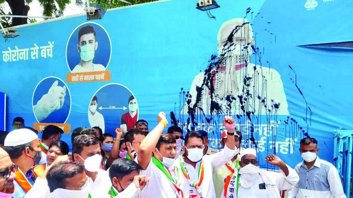 पंतप्रधान मोदींच्या पोस्टरवर फेकली काळी शाई