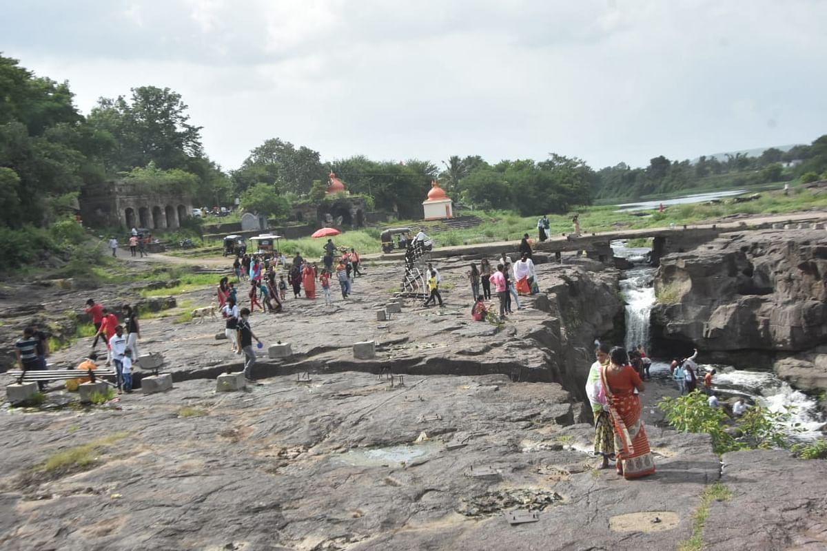 मनसोक्त पर्यटन करताना नागरिक.