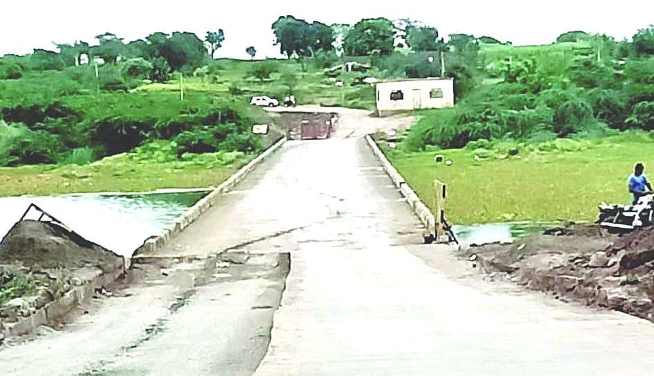 नदी, कालव्यांवरील पूल बनले धोकादायक