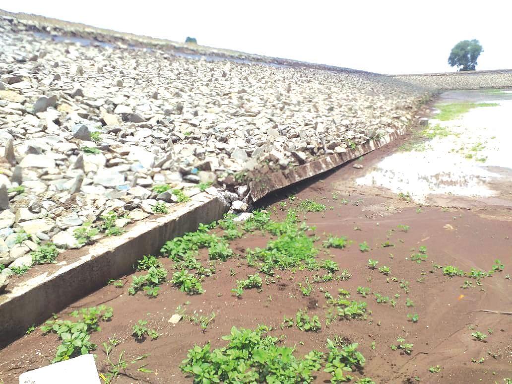 पावसामुळे पाणीपुरवठा तलावातील पिचिंग ढासळली