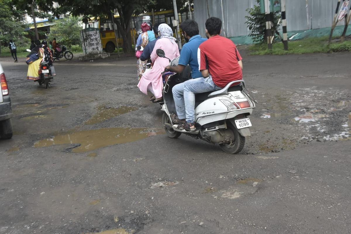 Photo नाशिककरांचा खड्डेमय रस्त्यांवरुन कसरत करत प्रवास