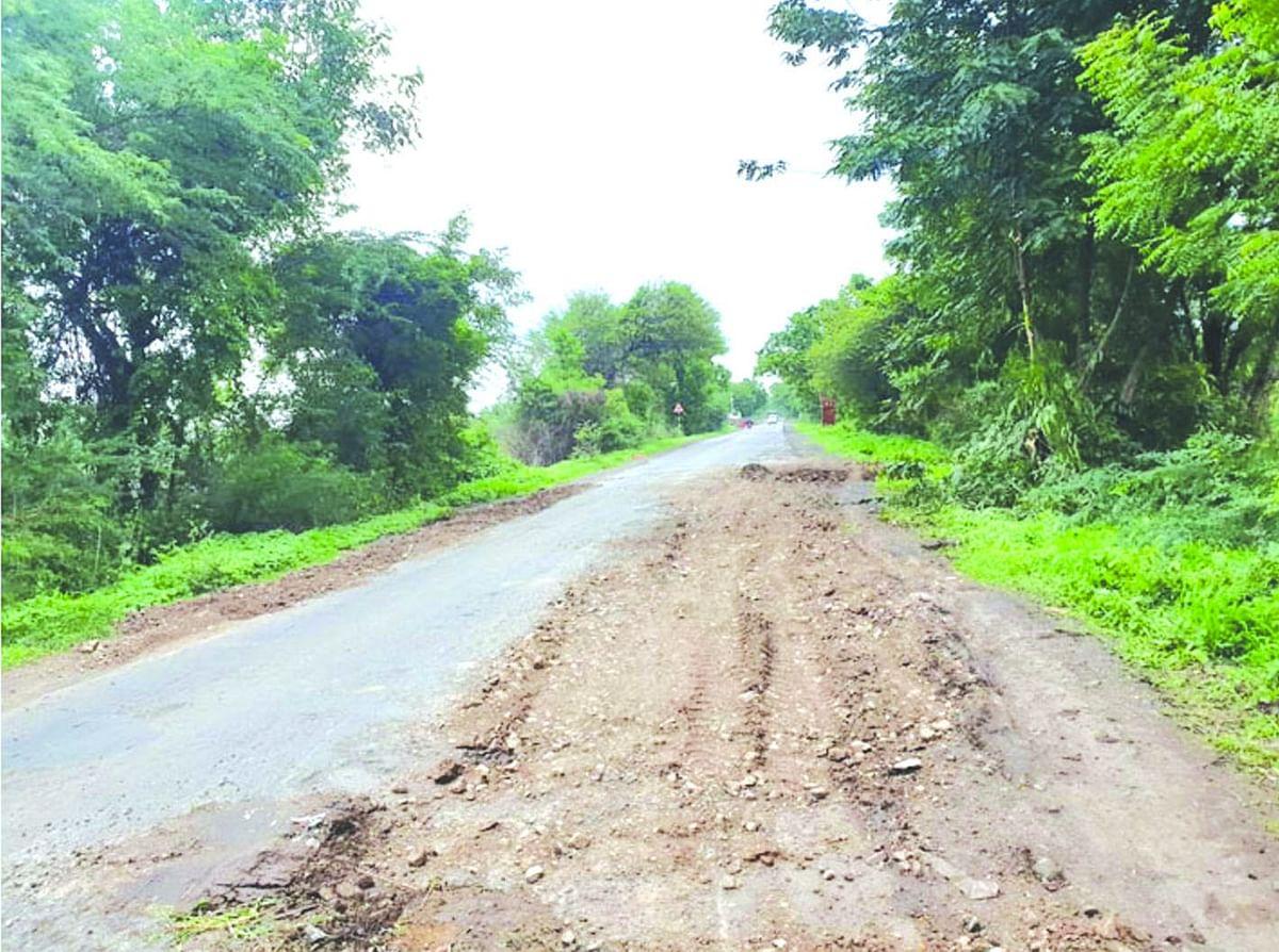 राज्यमार्गाच्या खड्ड्यात डांबरीकरणावर मुरूमीकरणाचा लेप दिल्याने नाराजी
