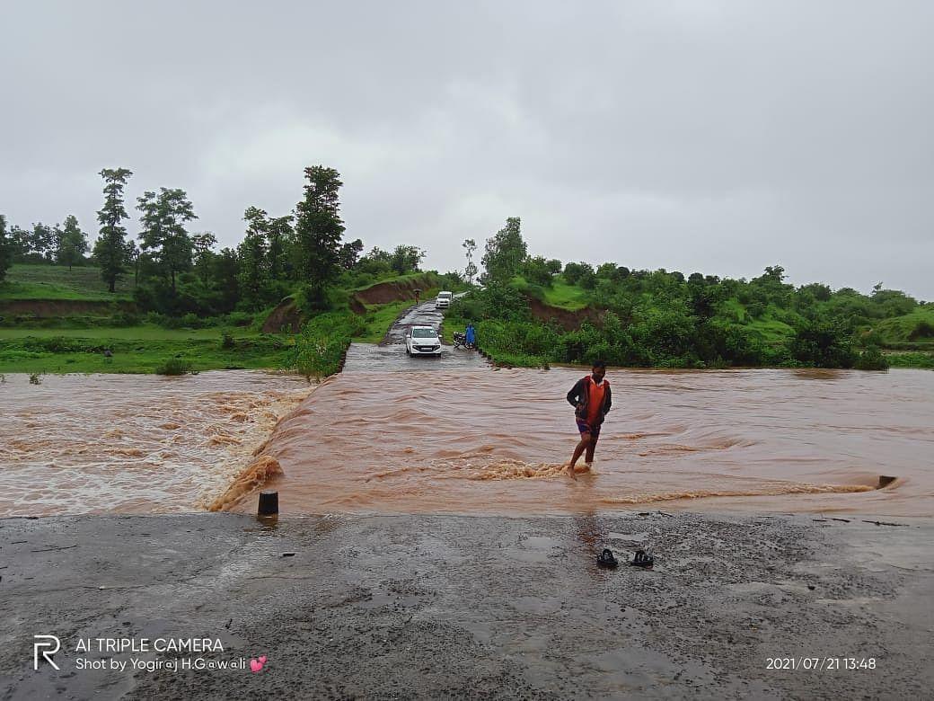 Video : शिवनदी पुलावरुन पाणी, या गावांचा संपर्क तुटला