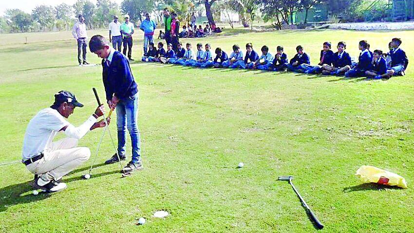 गोल्फसाठी 14 खेळाडूंची निवड