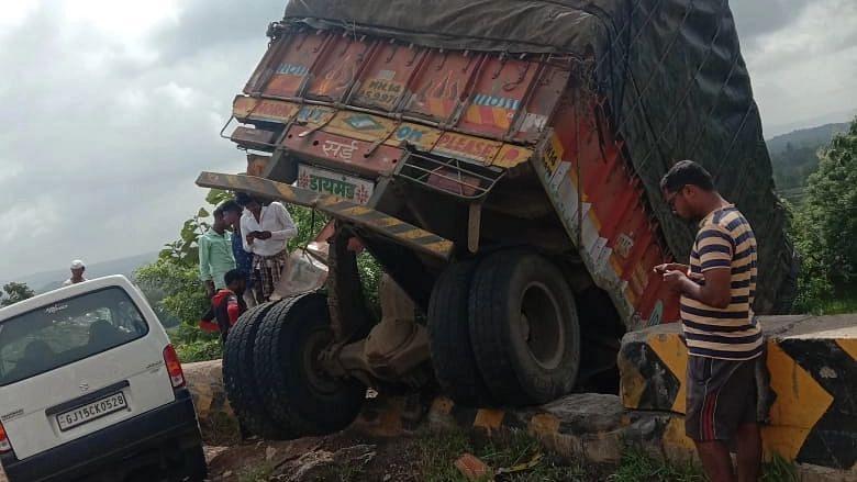 कोटंबी घाटात ट्रक-इकोत भीषण अपघात, महानुभाव पंथाचे महंत जखमी