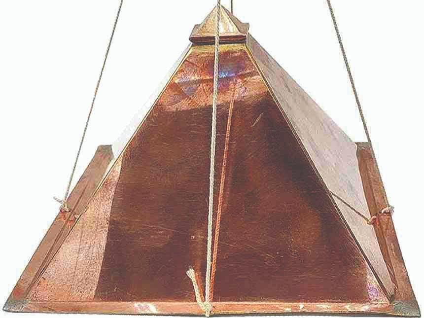 घरामध्ये ठेवावा तांब्याचा पिरॅमिड