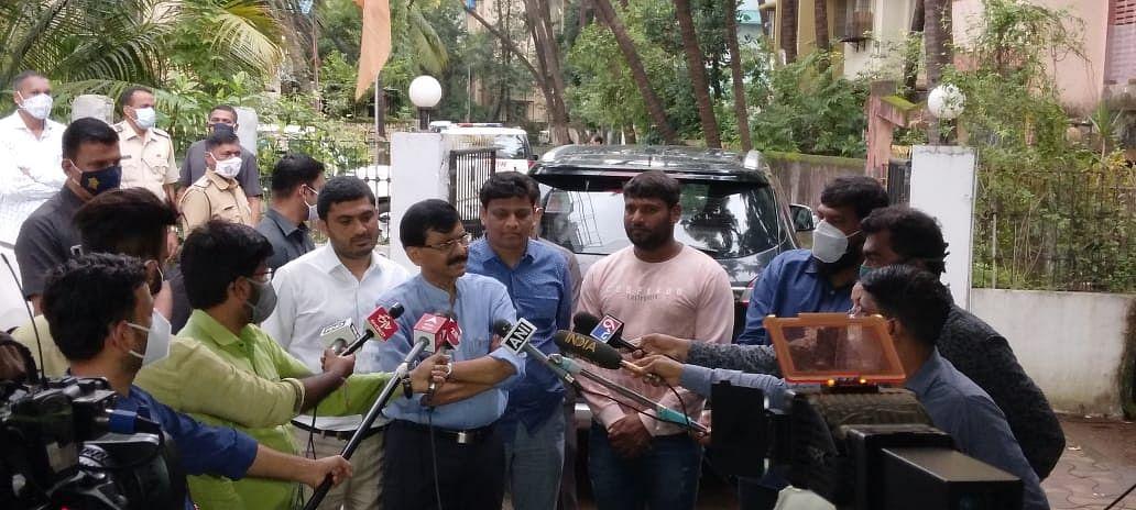 जेव्हा पत्रकारांशी खासदार राऊत काल (दि २७) मुंबई संवाद साधत होते त्यावेळी भाजप कार्यालयाची तोडफोड करणारे दीपक दातीर आणि बाळा दराडे राऊत यांच्या पाठीमागे उभे असलेले दिसून येत आहेत.