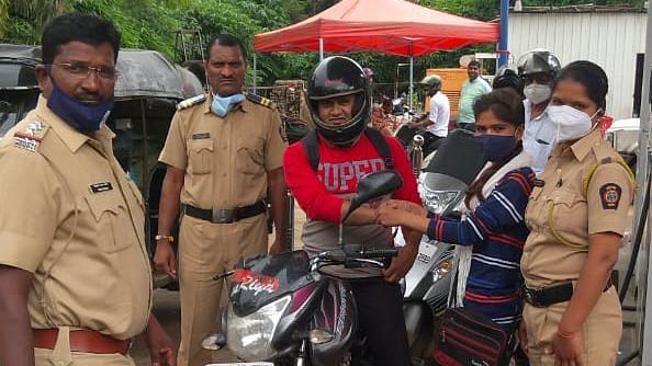 Photo Gallery : पेट्रोलपंपांवर महिला पोलिसांनी 'असा' साजरा केला रक्षाबंधन