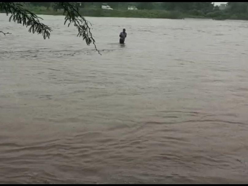 पुलावरून पाणी जात असतांना ट्रक नेण्याचा केला प्रयत्न आणि...; पुढे काय झालं पाहा VIDEO