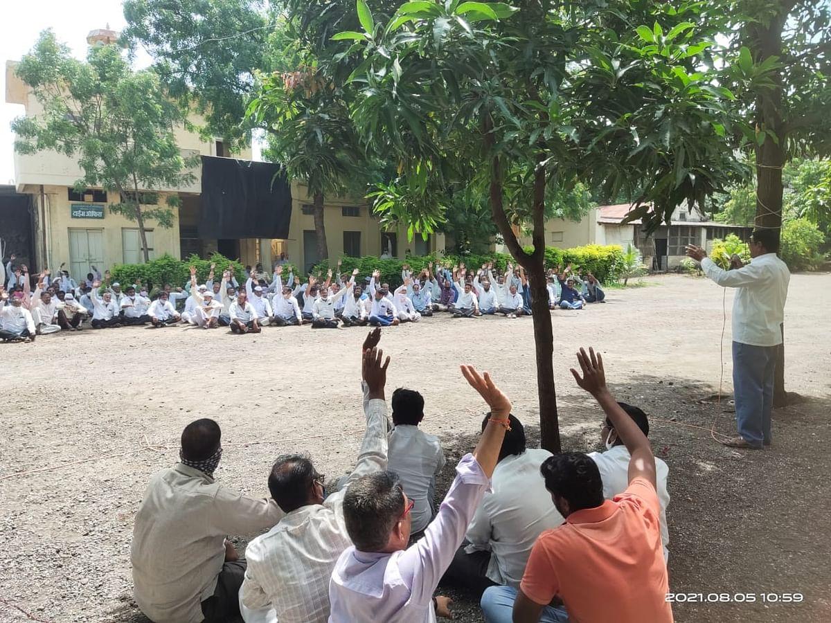 डॉ. तनपुरे कारखाना कामगारांचे मेनगेटवर ठिय्या आंदोलन