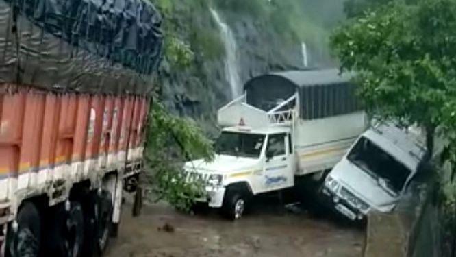 video कन्नड घाटात दरड कोसळल्याने वाहतूक ठप्प, अनेक प्रवासी अडकले