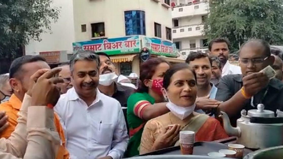 Video : ...जेव्हा डॉ. भारती पवार चहाच्या टपरीवर कार्यकर्त्यांना वाटतात चहा