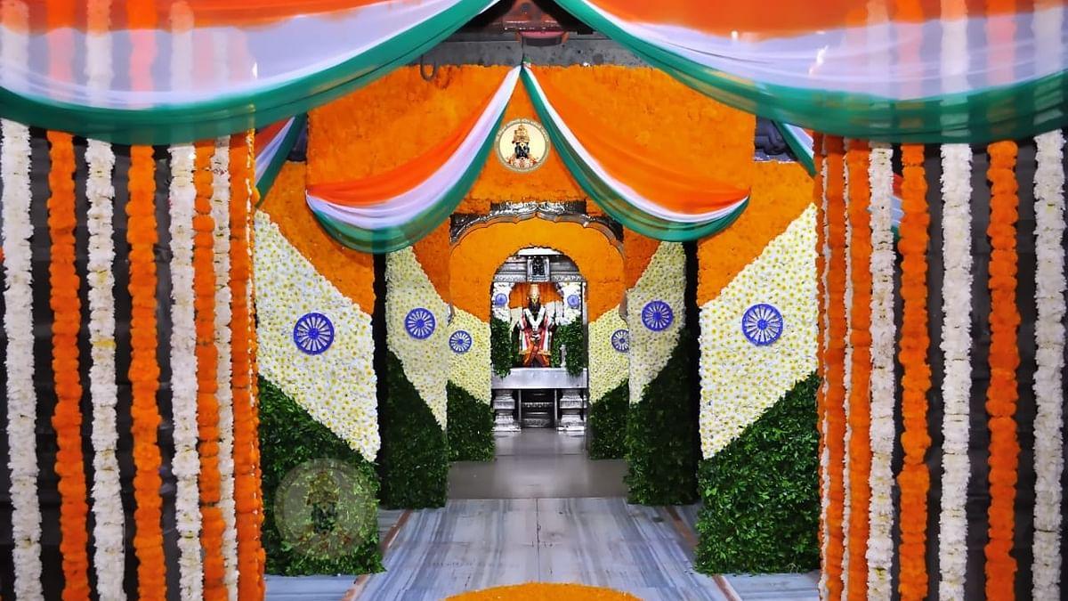 Independence Day 2021 : विठ्ठल-रुक्मिणी मंदिरात आकर्षक व नयनरम्य फुलाची आरास, पाहा फोटो