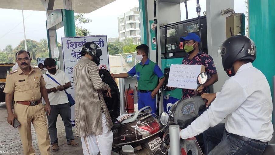 अजब शिक्षा : पेट्रोल पंपावर धुडगूस घालणारे हातात पोस्टर घेऊन करतायेत जनजागृती