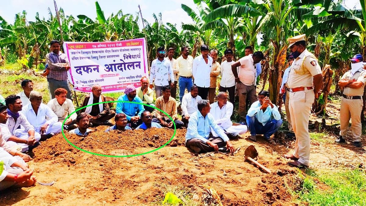शेतकऱ्यांनी स्वतःला जमिनीत घेतले गाडून