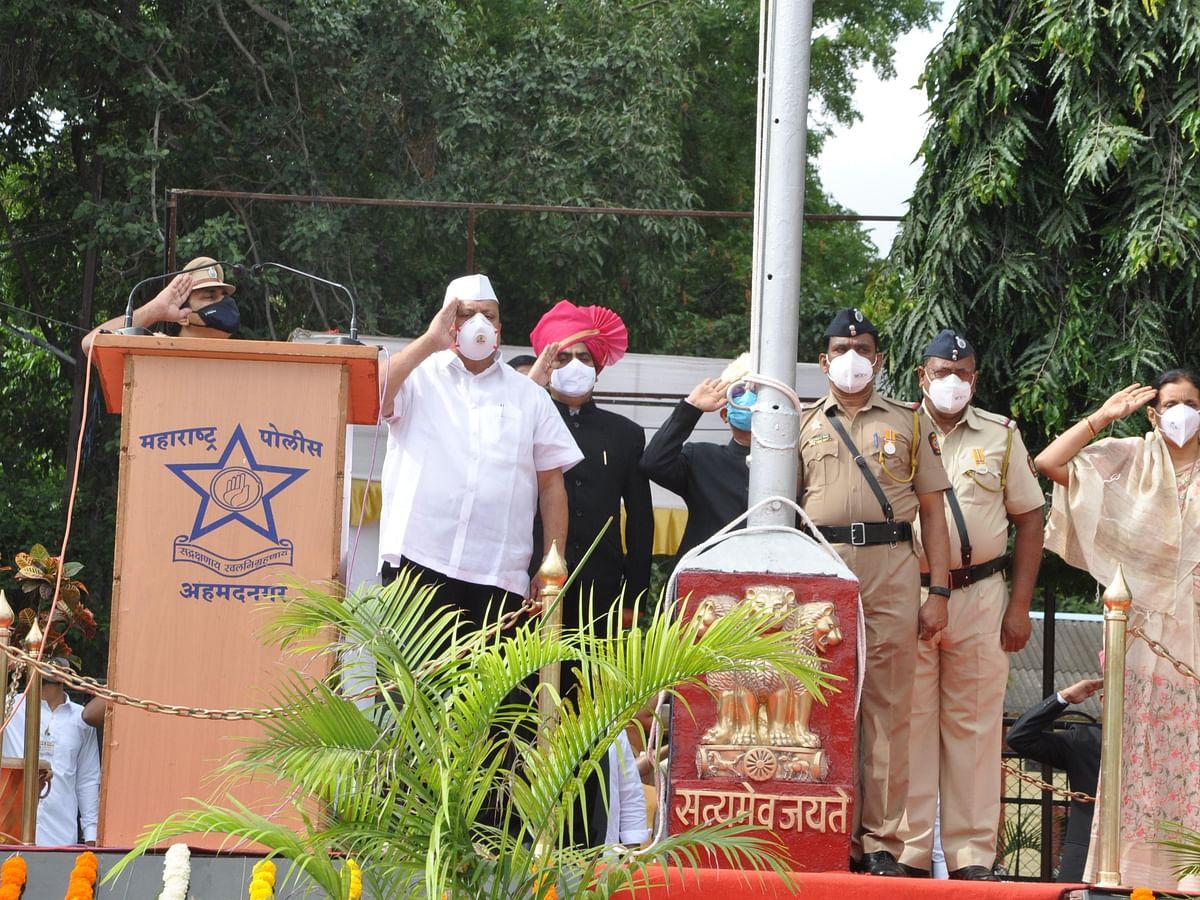 Photo : पालकमंत्री हसन मुश्रीफ यांच्या हस्ते मुख्य शासकीय ध्वजारोहण