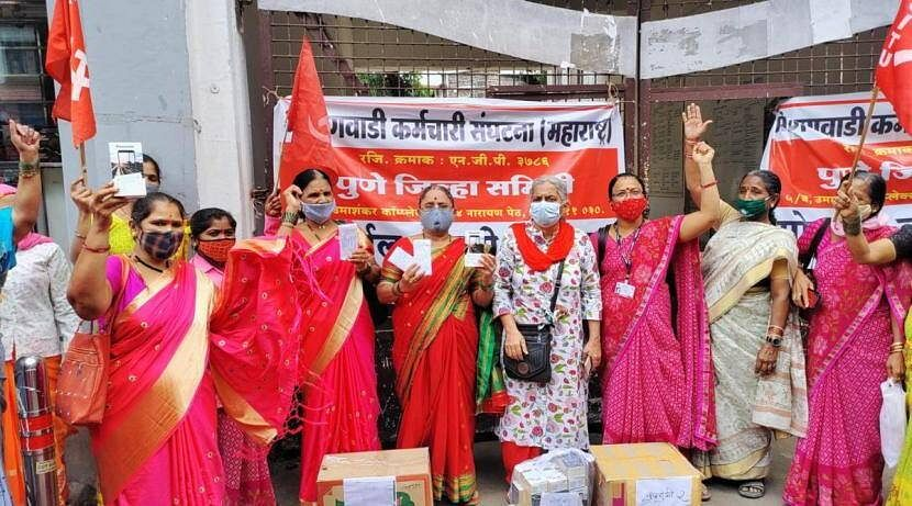अंगणवाडी महिला सेविकांचे मोबाईल वापसी आंदोलन