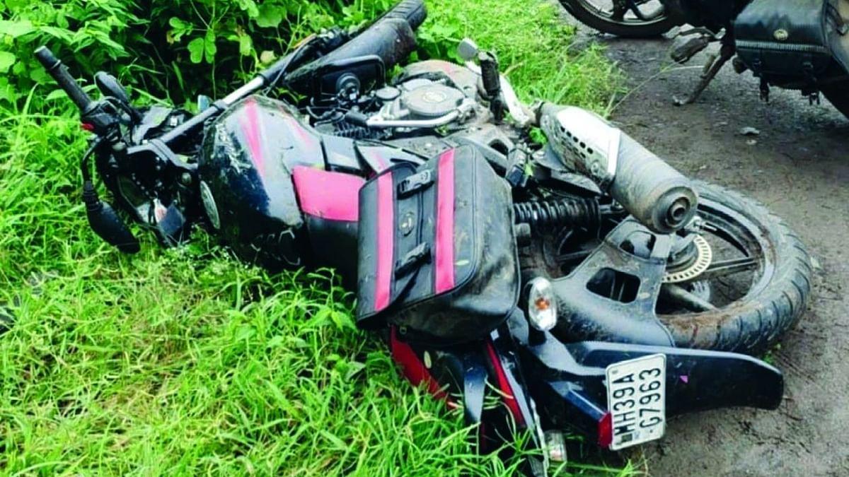 बस व मोटरसायकलच्या अपघातात एक ठार, दोन जखमी