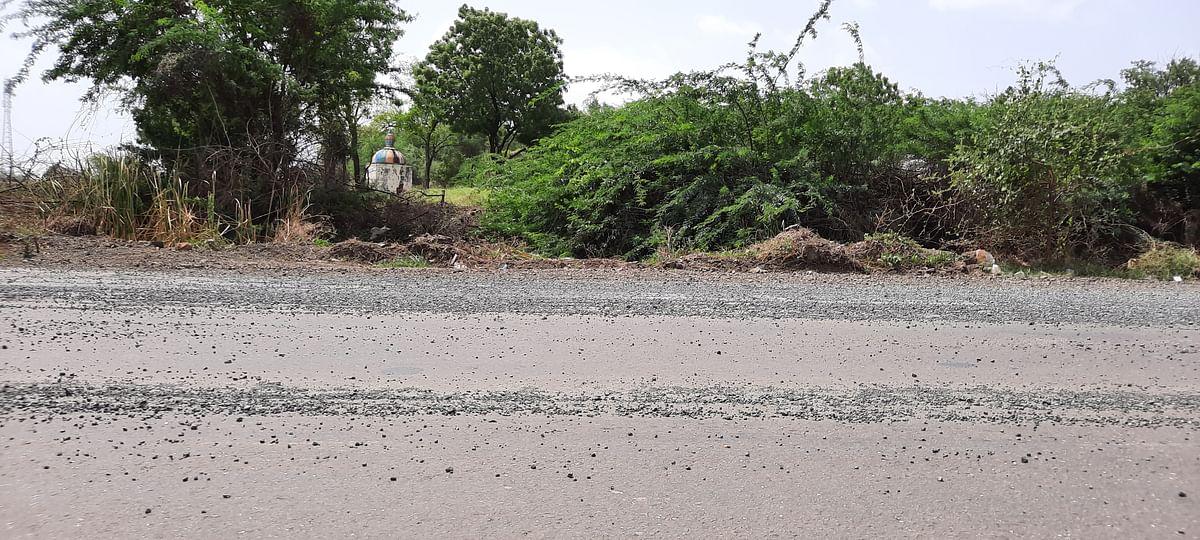 झगडेफाटा ते तळेगाव रस्त्यावर खड्डेच खड्डे