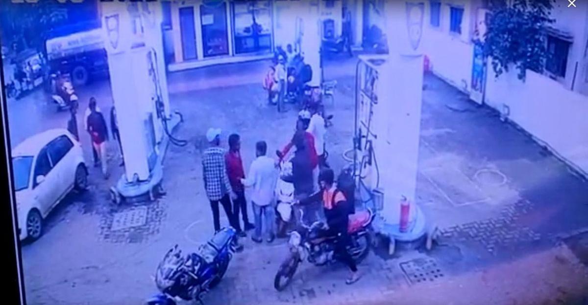 Video : विनाहेल्मेट पेट्रोल दिले नाही; कर्मचाऱ्याला बेदम मारहाण