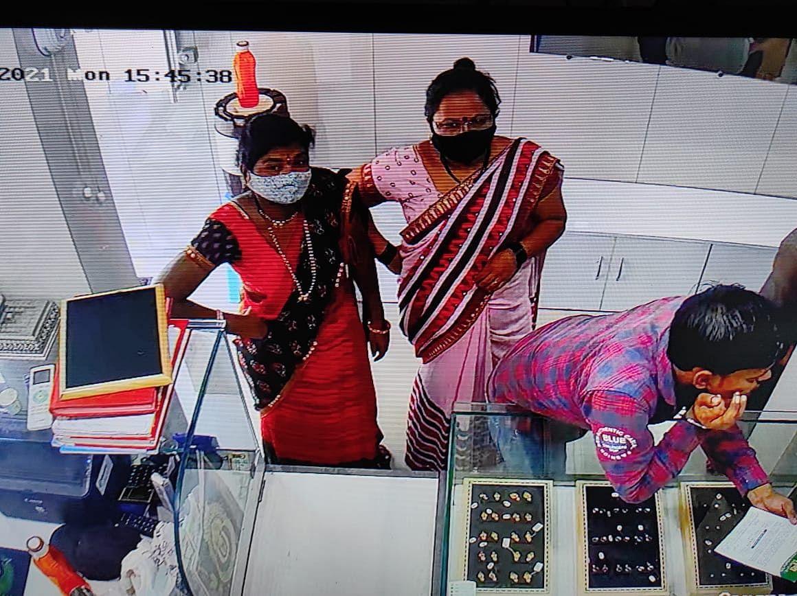 सराफ दुकानात दोन महिलांनी ३८ ग्रॅम वजनाची सोन्याची पोत लांबवली