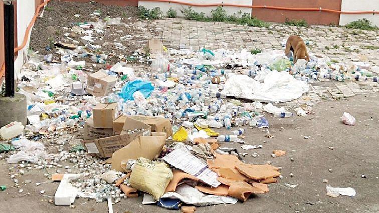 सिन्नर ग्रामीण रुग्णालय परिसरात अस्वच्छता