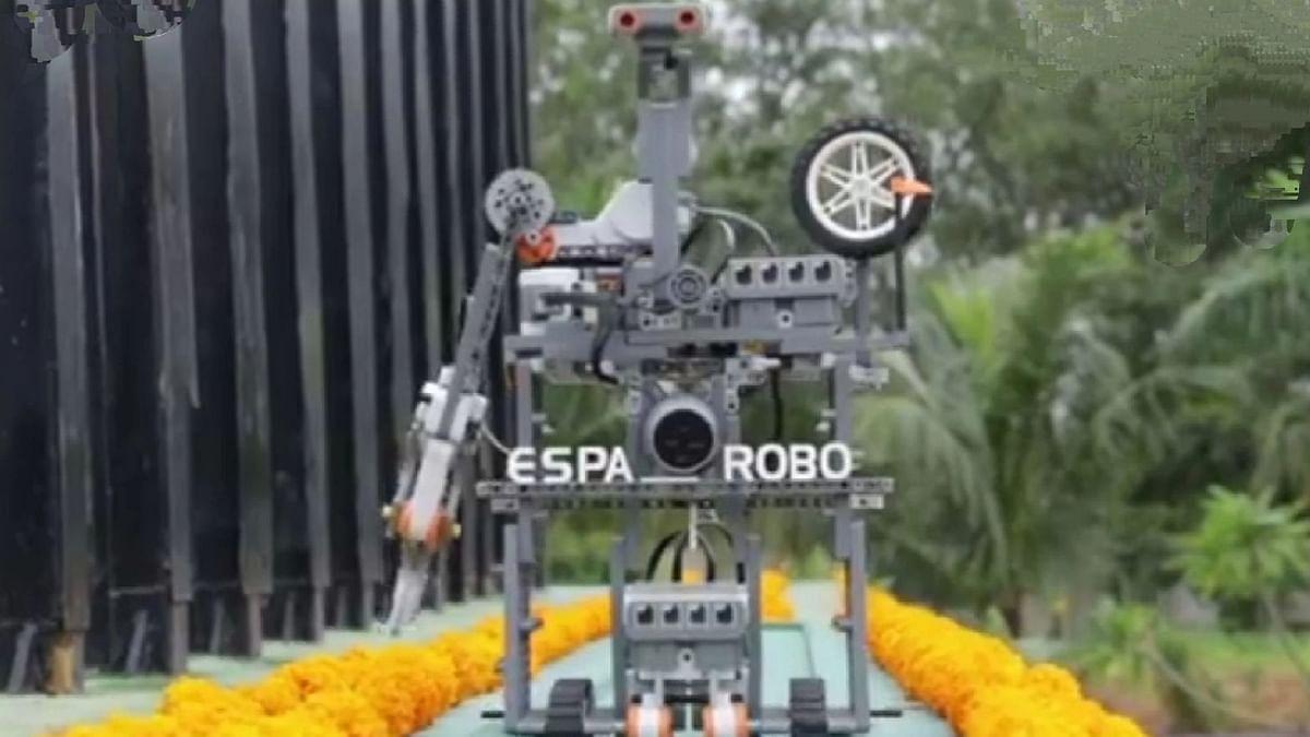 ध्वजारोहणासाठी प्रमुख पाहुणे म्हणून आला 'रोबो'