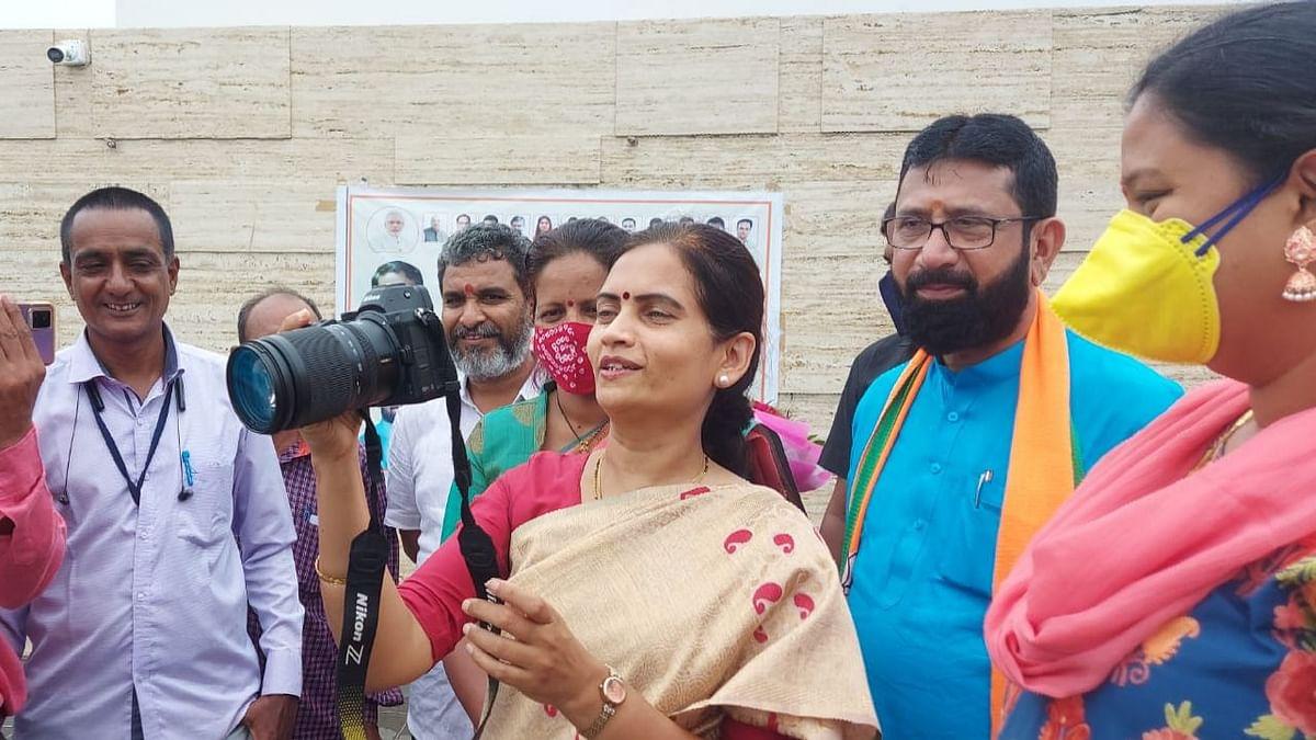 छायाचित्र दिनानिमित्त डॉ.भारती पवारांनीच काढले छायाचित्रकारांचे फोटो