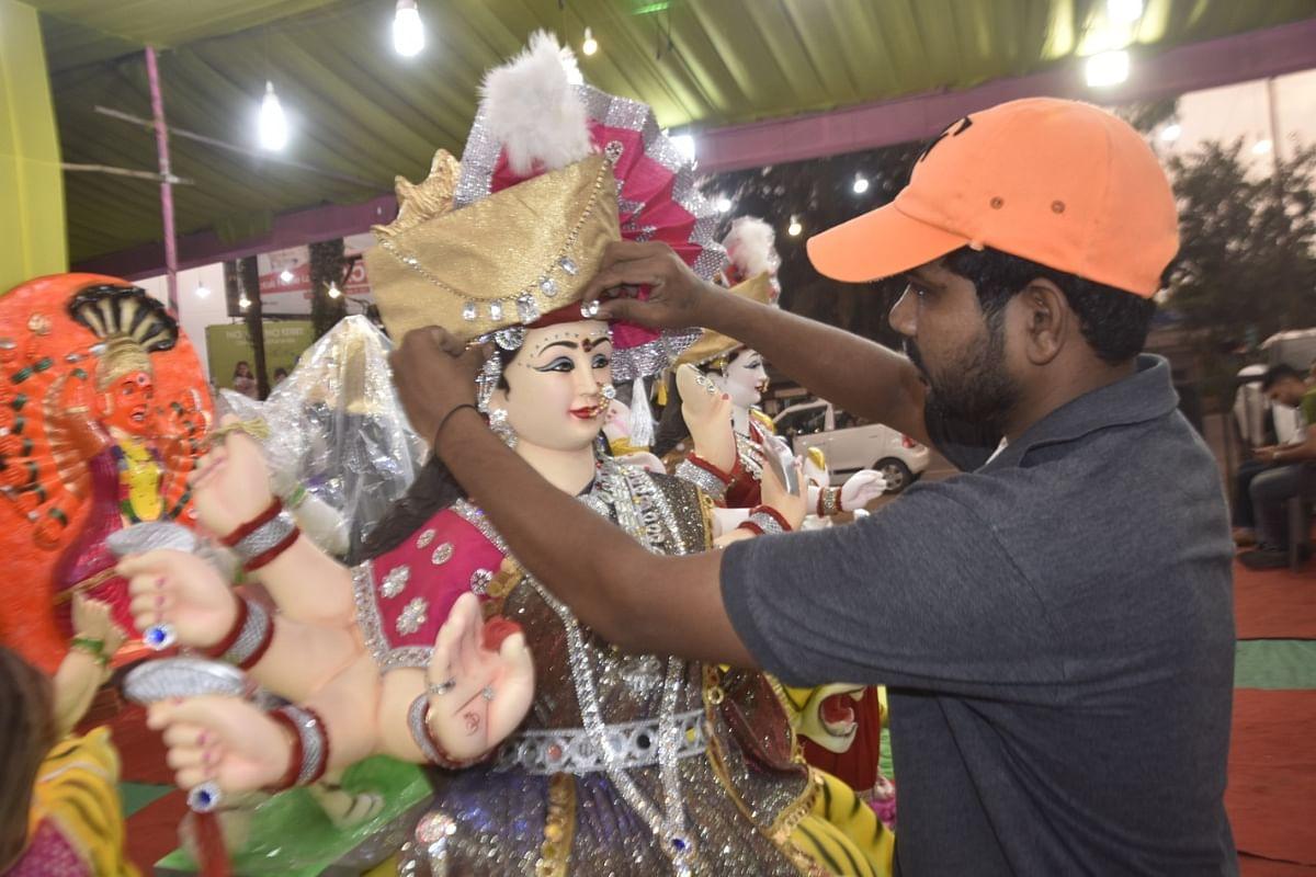 नाशिक शहरात दुर्गा पूजा उत्सवाची तयारी अंतिम टप्प्यात आली आहे. श्री दुर्गादेवी मूर्ती साकारण्याचे व मंडप उभारणीचे काम अंतिम टप्प्यात सुरू आहे.
