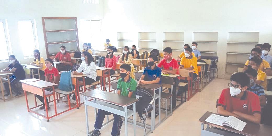 ढोल-ताशांच्या गजरात विद्यार्थ्यांचे जल्लोषात स्वागत