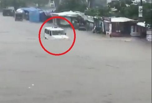 Video : कमरे इतक्या पाण्यातून काढली कार, आनंद महिंद्रा झाले आश्चर्यचकीत