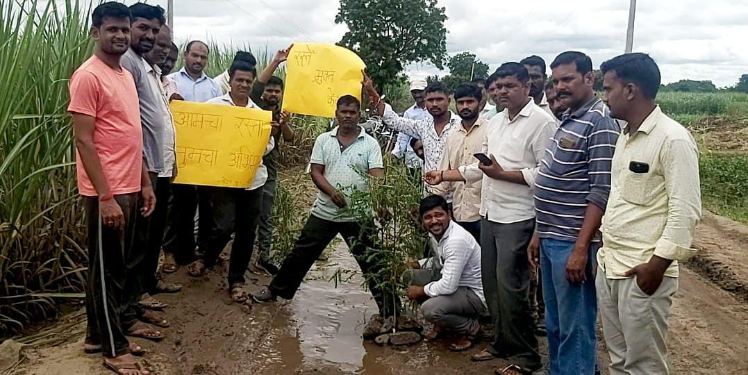 Video : आरडगाव-केंदळ रस्त्याची दुर्दशा; वृक्षारोपण करत गांधीगिरी