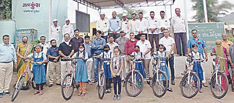 दुर्गम भागातील विद्यार्थींनींना सायकल