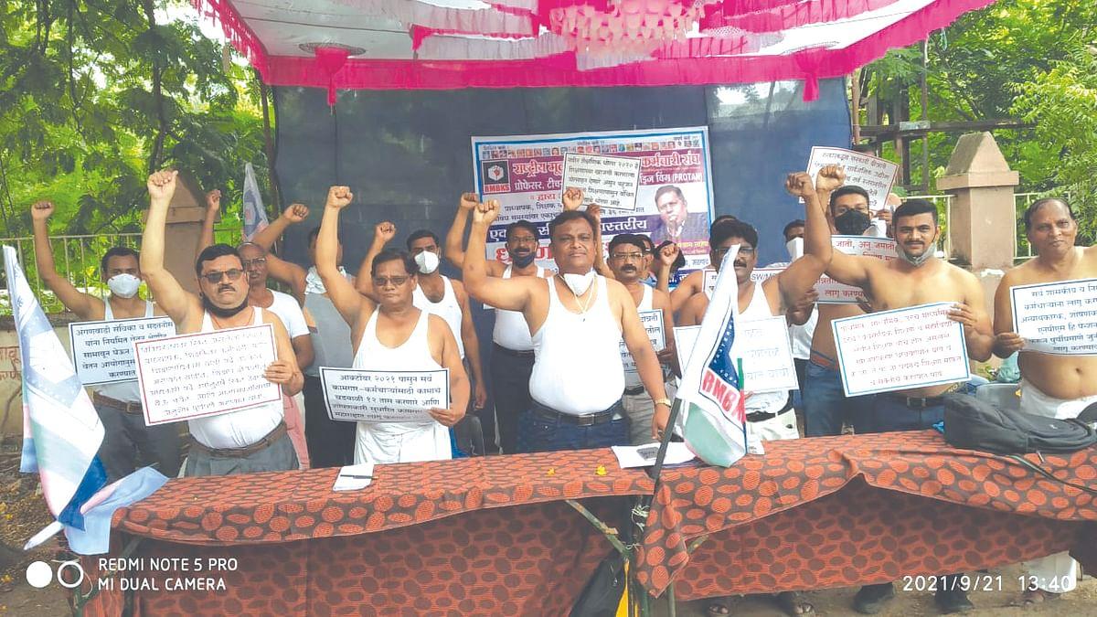 प्राध्यापकांचे जिल्हाधिकारी कार्यालयासमोर अर्धनग्न आंदोलन